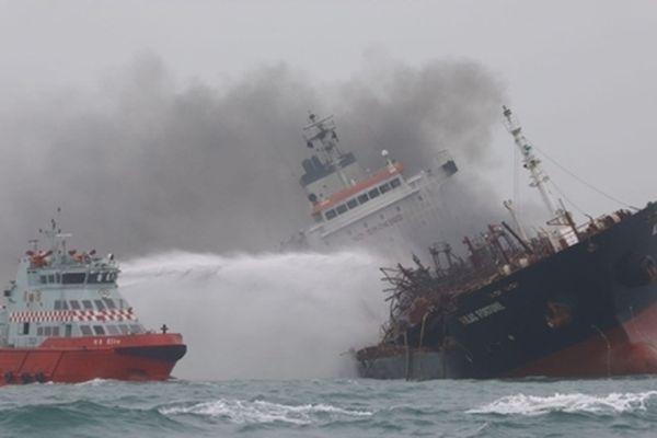 Bặt tin 2 thuyền viên Việt Nam mất tích trên tàu cháy tại Hong Kong