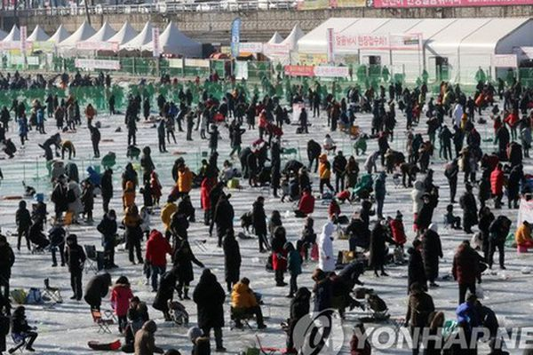 Lễ hội câu cá trên băng ở Hàn Quốc thu hút hàng triệu du khách