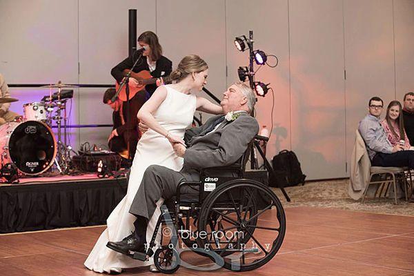 Xúc động điệu nhảy con gái dành tặng cha bị bệnh nan y trong ngày cưới