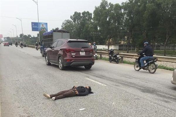 Xe bán tải đâm văng xe máy, người phụ nữ nguy kịch