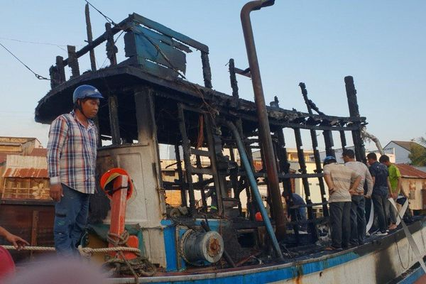 Kiên Giang: Cháy tàu cá lan sang thiêu rụi 3 nhà dân