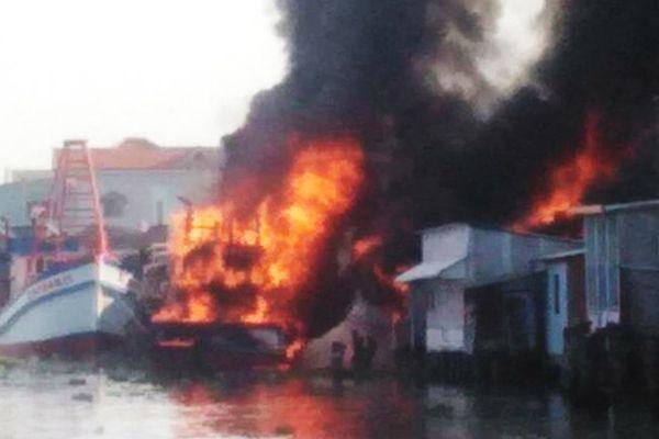 2 tàu cá cháy lan thiêu rụi 3 căn nhà