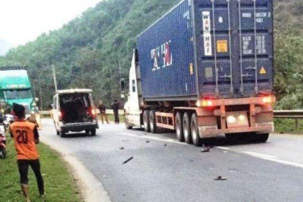 Xe máy kẹp 3 tông cực mạnh container, 2 người chết tại chỗ