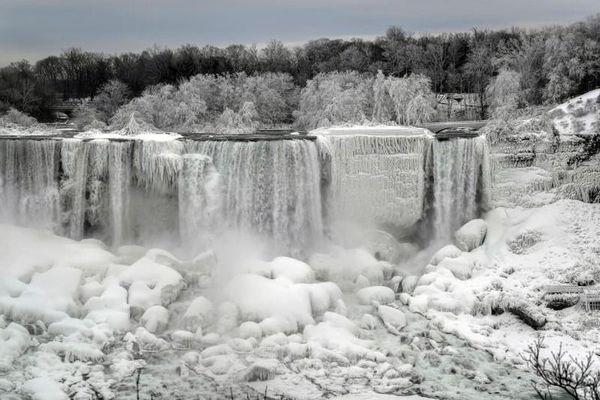 Ngoạn mục cảnh thác nước đóng băng ở Mỹ-Canada