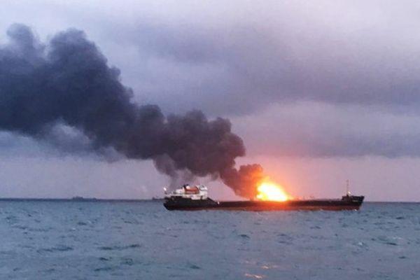 Hai tàu cháy dữ dội trên Eo biển Kerch, 11 thủy thủ thiệt mạng