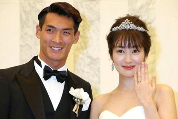 Nhan sắc cô vợ xinh đẹp từng là mẫu nội y của hậu vệ ĐT Nhật Bản sẽ đối đầu Việt Nam ở Tứ kết Asian Cup