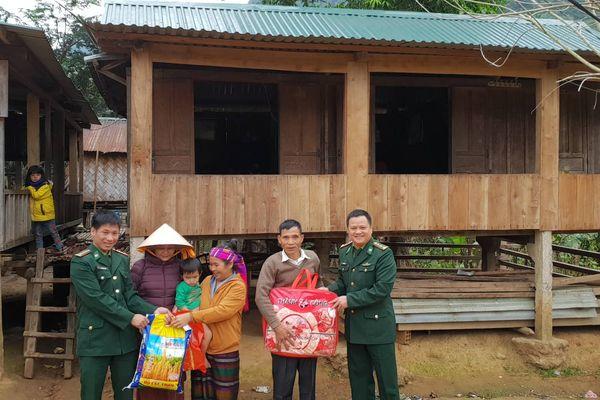 Đồn Biên phòng Hướng Lập tặng quà cho các hộ gia đình có hoàn cảnh khó khăn