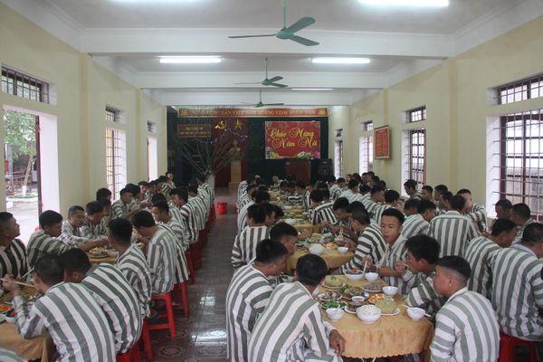 Ấm lòng bữa cơm tất niên đầy hương vị Tết của phạm nhân trong trại giam