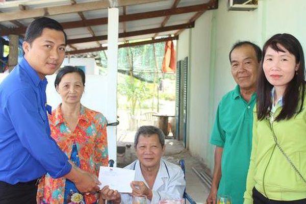 Chương Trình 'Xuân nhân ái – Tết yêu thương': Trao tiền hỗ trợ 2 công nhân bị TNLĐ ở Bạc Liêu