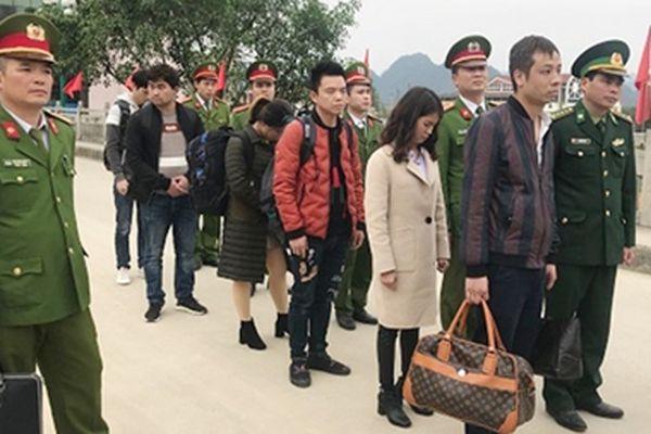 Bàn giao người xuất nhập cảnh trái phép tại cửa khẩu Tả Lùng