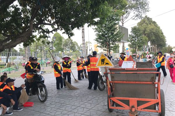 40 công nhân dọn vệ sinh tại chợ hoa Xuân Kỷ Hợi 2019