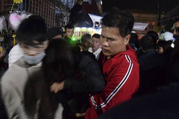 'Bủn rủn' ở chợ Viềng, nhiều người ngất vì chen lấn