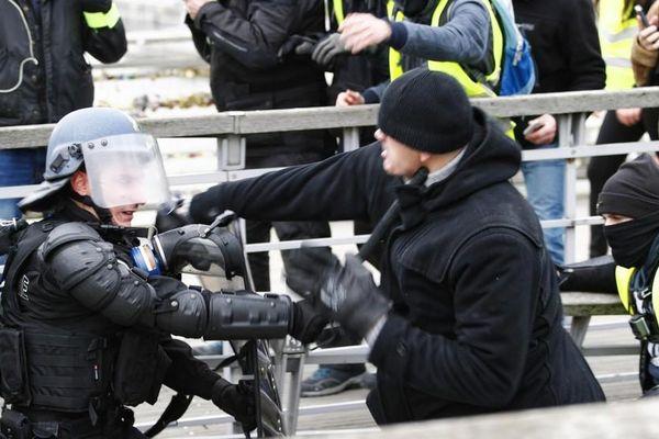 Cảnh sát Pháp đụng độ... cựu vô địch boxing đi biểu tình 'Áo vàng'
