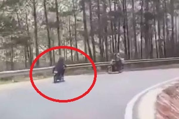 Clip: Phóng nhanh khi ôm cua đổ đèo, xe máy suýt lao xuống vực