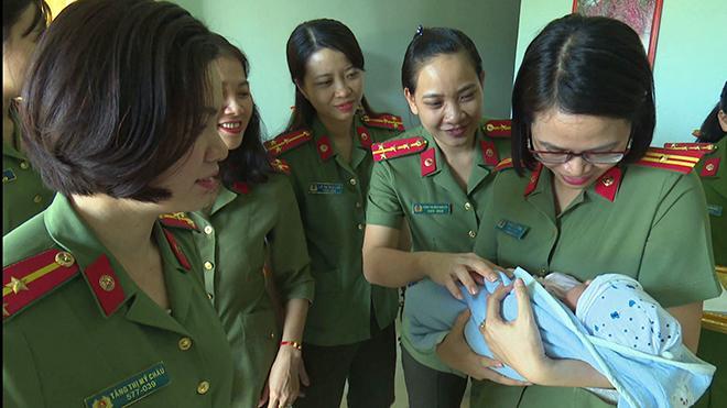 Nữ Đại úy Công an nhận nuôi trẻ bị bỏ rơi