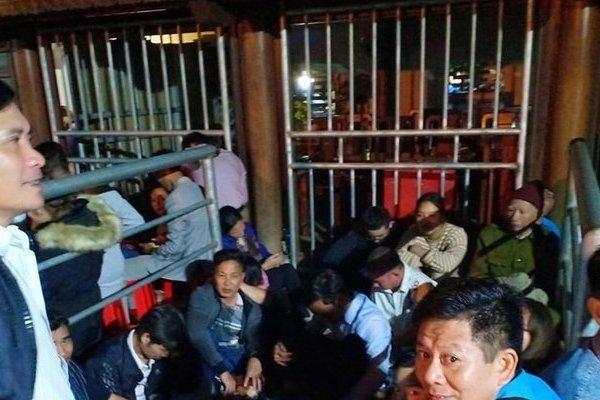 Chùm ảnh: Người dân vạ vật trắng đêm chờ phát ấn đền Trần