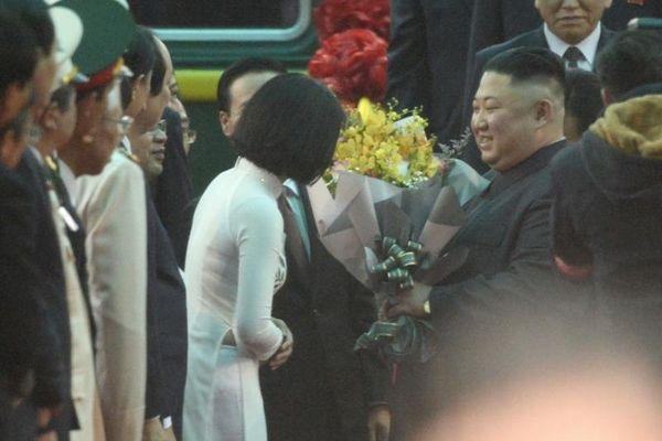 Nữ sinh mặc áo dài trắng tặng hoa ông Kim Jong Un là ai?