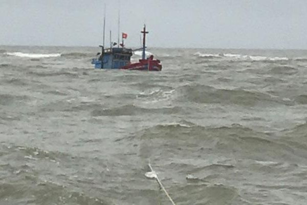Kịp thời cứu tám thuyền viên gặp nạn trên biển