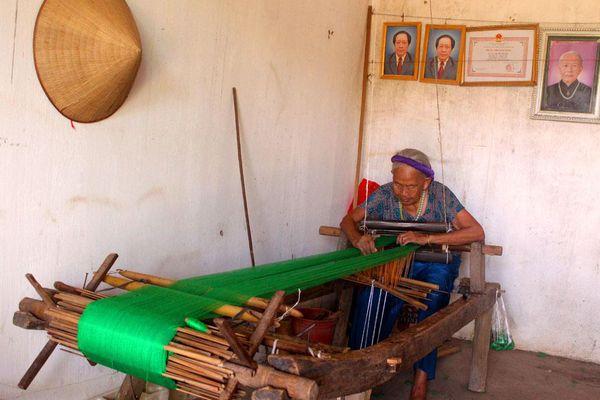 Người lưu giữ nghề dệt truyền thống ở Bình Liêu