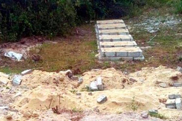 Xây mộ giả trong đất dự án mở rộng sân bay để chờ đền bù