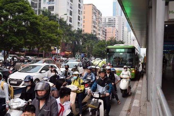 Đây là cảnh tượng diễn ra mỗi ngày trên tuyến đường Hà Nội dự kiến cấm xe máy vào giờ cao điểm