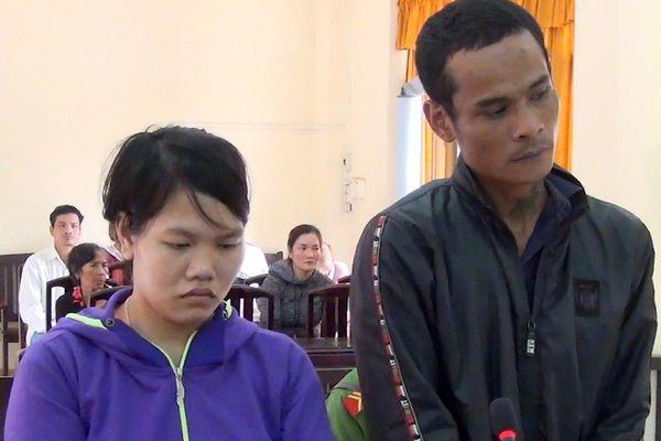 Cảnh sát bồng con của bị cáo đến tòa