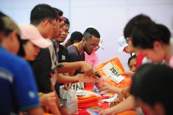 Runner hào hứng nhận BIB, sẵn sàng tranh tài tại Tiền Phong Marathon