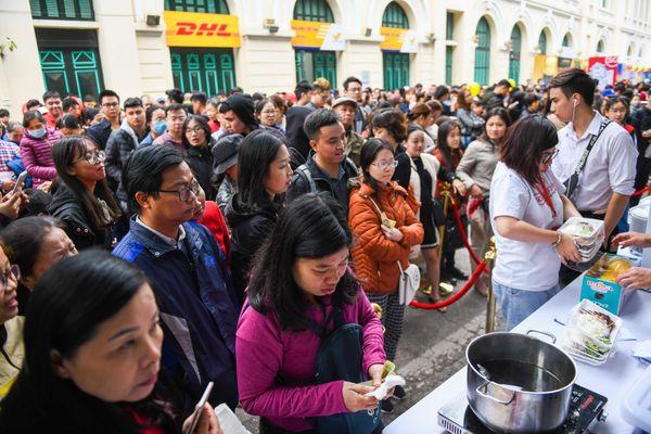 Nghìn người dự hội, xếp hàng mua cơm gà Singapore tại Hồ Gươm