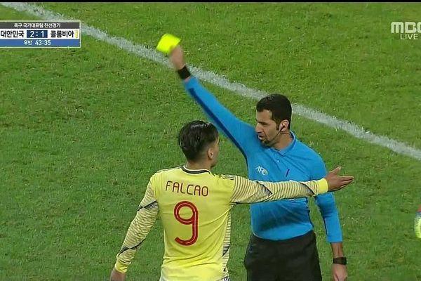 Ném hộp dụng cụ y tế của tuyển Hàn Quốc, Falcao nhận thẻ vàng