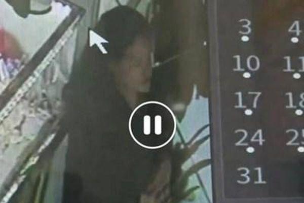 Nghi án cô gái trẻ cùng bạn trai cầm hung khí đe dọa nữ chủ tiệm vàng, cướp dây chuyền