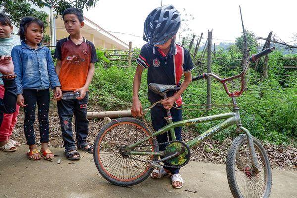 Được tặng thêm xe đạp mới, bé trai 13 tuổi vượt quãng đường hơn 100km ở Sơn La quyết định nhường lại cho bạn khác khó khăn