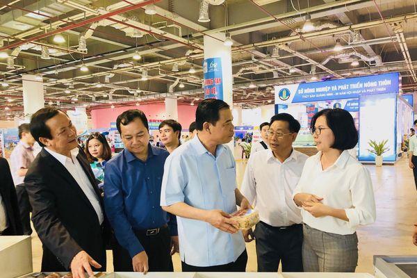 Bộ trưởng Bộ Nông nghiệp và Phát triển nông thôn thăm Hội chợ triển lãm ngành thủy sản Việt Nam - Quảng Ninh
