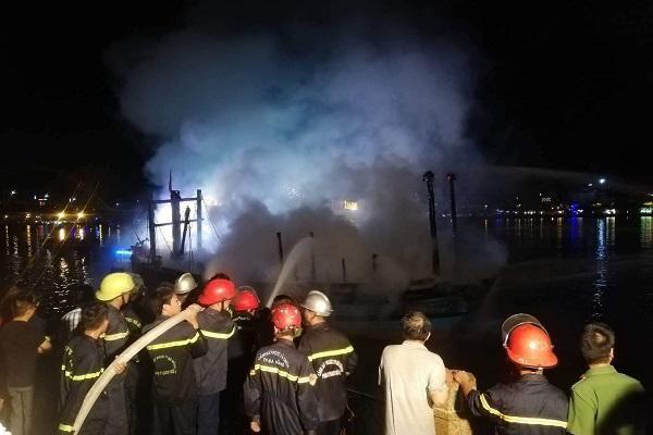Tàu cá sông Hàn bốc cháy dữ dội trong đêm