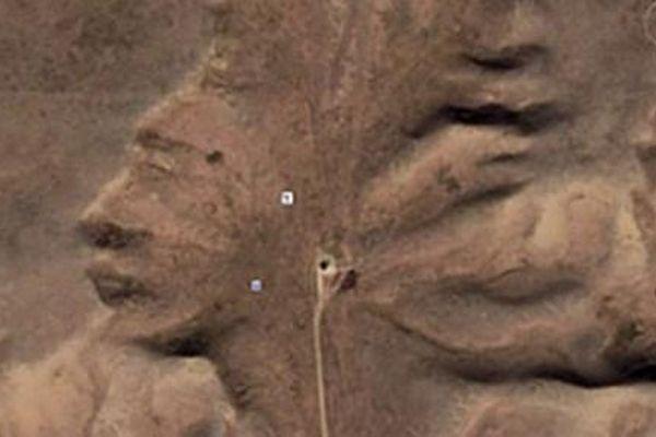 Google Maps chụp được gương mặt trên đất sét ở sa mạc Canada