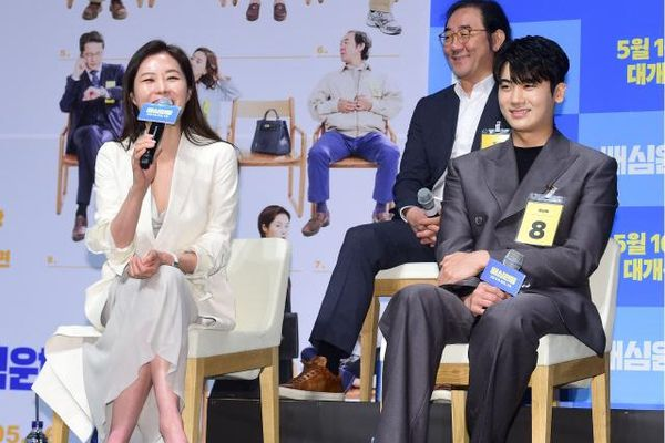 Sau tin nhập ngũ, Park Hyung Sik (ZE:A) cùng Moon So Ri rạng rỡ tại họp báo phim 'Jurors'