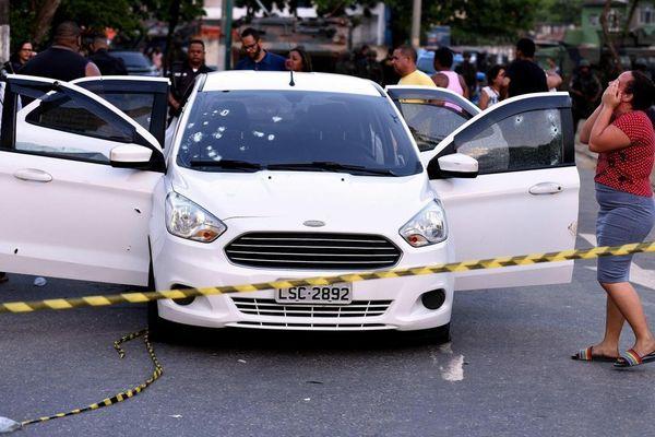 Bắt 10 binh sĩ Brazil nã hơn 80 viên đạn vào ô tô gia đình do nhầm là tội phạm