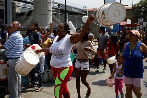 Người dân Venezuela tìm cách 'sống sót' khi tình trạng mất điện, nước kéo dài