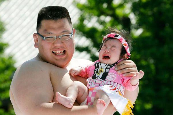 Sumo dọa em bé khóc, rước dương vật và những lễ hội kỳ lạ ở Nhật