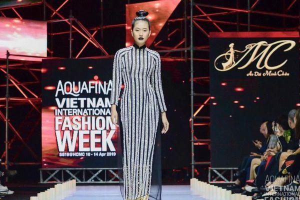 Á khôi Miss Photo Trần Đình Thạch Thảo 'biến hóa' với áo dài khi catwalk