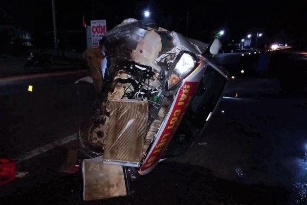 Hyundai 5 chỗ biến dạng sau va chạm xe đầu kéo, nhiều người thoát chết