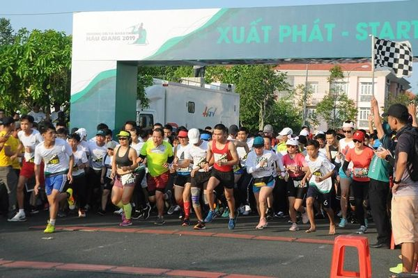 Hơn 4.000 vận động viên chạy Marathon tại Hậu Giang