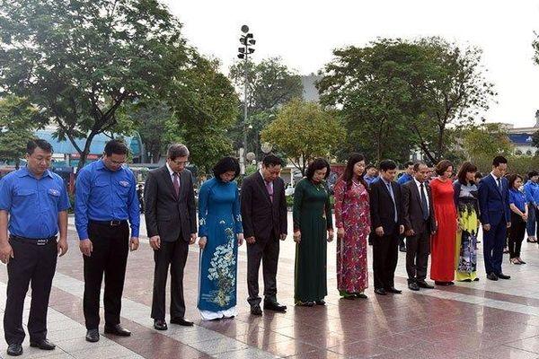 Lãnh đạo TP Hà Nội đặt hoa tưởng nhớ V.I.Lê-nin