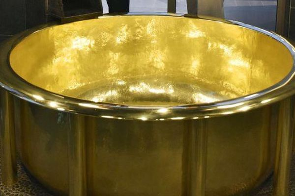 Thử làm 'đại gia': Ngâm mình trong bồn tắm bằng vàng trị giá hơn 7,1 triệu USD