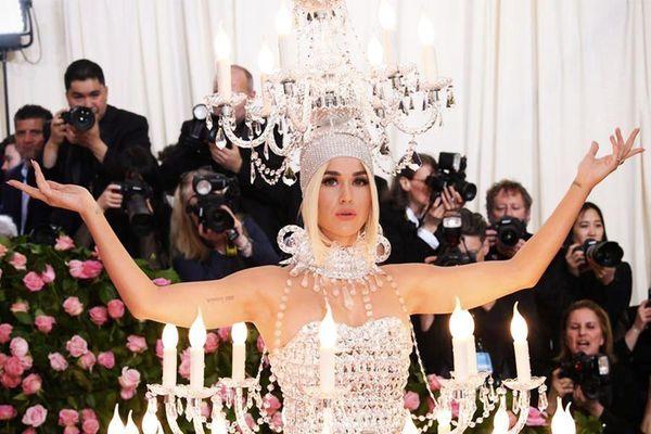 Katy Perry 'chặt chém' không thua Lady Gaga với trang phục đèn chùm