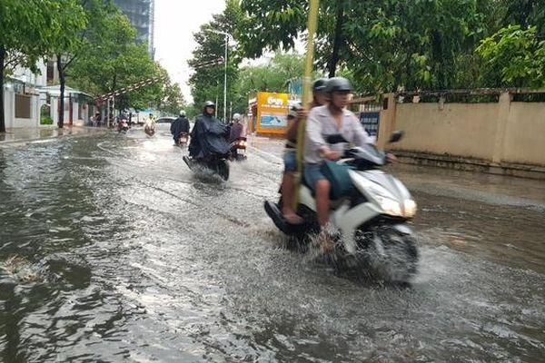 Sài Gòn mưa chuyển mùa, nhiều tuyến đường bị ngập