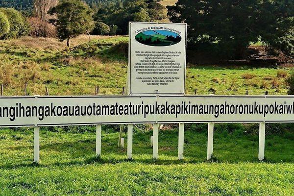 Ngọn đồi có tên viết bởi 85 chữ cái nằm ở nước nào?