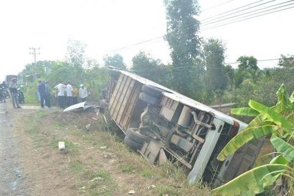 Lật xe khách chở công nhân, 10 người bị thương nặng