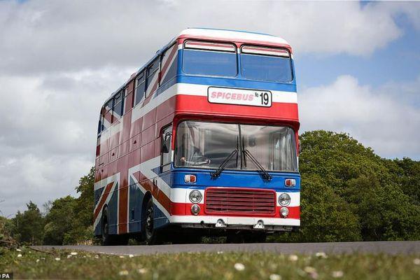 Ngủ một đêm trên xe bus của nhóm Spice Girls với giá 126 USD