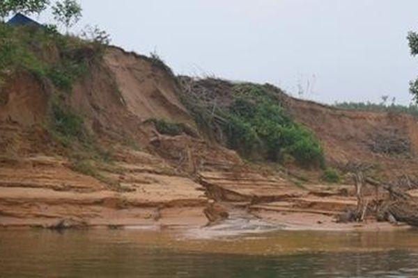 Bờ sông Bồ sạt lở nặng do khai thác cát
