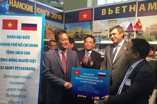 Trao tặng 300 đầu sách cho cộng đồng người Việt tại Saint Petersburg